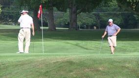 Hacia fuera golfing (1 de 4) almacen de metraje de vídeo