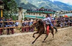 Hacia fuera horserider plano, carrera de caballos del todos Santos, ¡n, Huehuetenango, Guatemala del Todos Santos Cuchumatà imagen de archivo