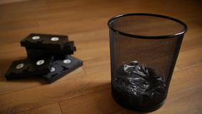 Hacia fuera lanzados casetes inútiles de VHS almacen de video
