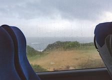 Hacia fuera llovido viaje del autobús en el mediterráneo imagen de archivo libre de regalías