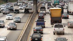 Hacia fuera/por encima del enfoque vista del tráfico en autopista sin peaje ocupada en Los Ángeles céntrico California metrajes