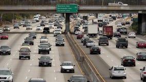 Hacia fuera/por encima del enfoque vista del tráfico en autopista sin peaje ocupada en Los Ángeles céntrico California almacen de metraje de vídeo