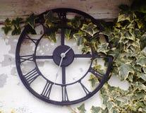 Hacia fuera reloj del jardín de la puerta Foto de archivo libre de regalías