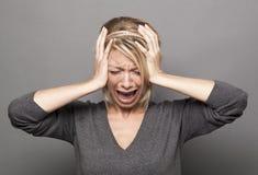 Hacia fuera subrayada muchacha rubia de los años 20 que grita, sufriendo de jaqueca o de error molesto Imagen de archivo libre de regalías