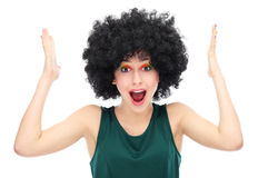 Hacia fuera subrayada mujer que desgasta la peluca afro Foto de archivo