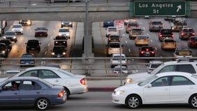 Hacia fuera/visión del enfoque del tráfico en autopista sin peaje ocupada en Los Ángeles céntrico California almacen de video