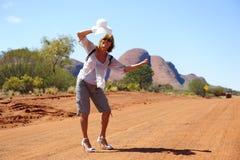Haciendo autostop a la mujer adentro interior Imagen de archivo libre de regalías