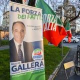 Haciendo campaña en la calle de Milán, Italia para Giulio Gallera del partido del ` s Forza Italia de Berlusconi delante del elec fotos de archivo