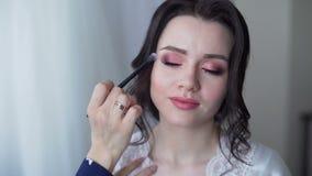 Haciendo casarse el maquillaje para la novia hermosa almacen de metraje de vídeo