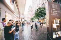 Haciendo compras en bahía del terraplén en Hong Kong, China Fotos de archivo