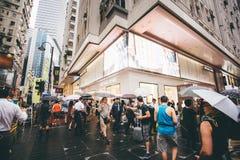 Haciendo compras en bahía del terraplén en Hong Kong, China Imagen de archivo libre de regalías