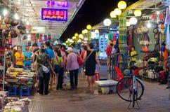 Haciendo compras en el mercado de la noche de Siem Reap, Camboya Foto de archivo