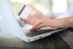 Haciendo compras en línea, comercio electrónico foto de archivo