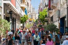 Haciendo compras en la calle de Ermou el 3 de agosto de 2013 en Atenas, Grecia. foto de archivo libre de regalías