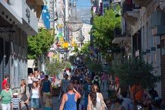 Haciendo compras en la calle de Ermou el 3 de agosto de 2013 en Atenas, Grecia. foto de archivo