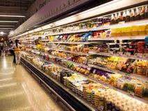 Haciendo compras en supermercado superior, editorialt Imagen de archivo libre de regalías