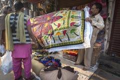 Haciendo compras para el mantel en Delhi, la India Imágenes de archivo libres de regalías