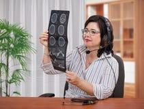 Haciendo dolores de cabeza de la diagnosis remotamente Fotografía de archivo libre de regalías