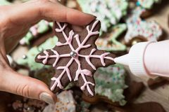 Haciendo el adornamiento de la galleta del pan de jengibre de la Navidad, cortando la Navidad fotos de archivo