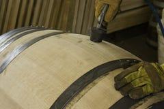Haciendo el agujero de un barril (fabricación) Imagen de archivo libre de regalías