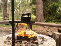 Haciendo el café al aire libre en una caldera sobre el fuego abierto Fotos de archivo libres de regalías
