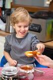 Haciendo el desayuno junto Fotos de archivo
