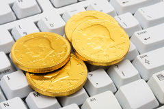 Haciendo el dinero en línea imagen de archivo