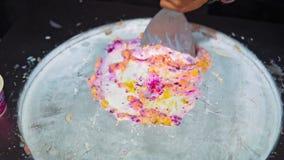 Haciendo el helado de los ingredientes naturales, preparando el helado en el aire abierto, comida de la calle en Asia metrajes