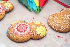 Haciendo el ` s del día de fiesta adornó el pan de jengibre Imagenes de archivo