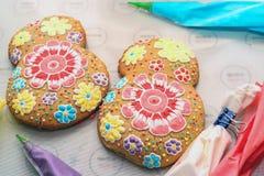 Haciendo el ` s del día de fiesta adornó el pan de jengibre Fotos de archivo libres de regalías
