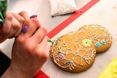 Haciendo el ` s del día de fiesta adornó el pan de jengibre Imágenes de archivo libres de regalías