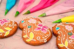 Haciendo el ` s del día de fiesta adornó el pan de jengibre Imagen de archivo libre de regalías