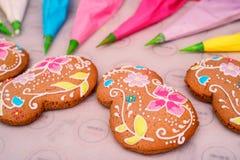 Haciendo el ` s del día de fiesta adornó el pan de jengibre Fotos de archivo