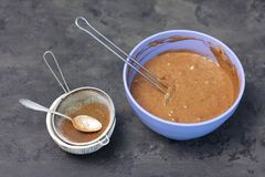 Haciendo el trino de la torta de esponja con la crema batida de la baya - pasta de mezcla foto de archivo libre de regalías