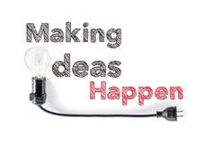 Haciendo ideas suceda frase y bombilla, escritura de la mano, acción Fotografía de archivo libre de regalías