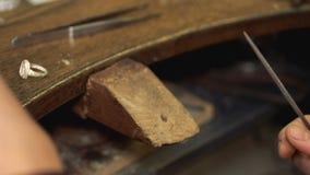 Haciendo la forma del accesorio usando el papel de lija tamaño pequeño en el lugar de trabajo de madera almacen de metraje de vídeo