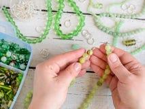 Haciendo la joyería en casa Fotos de archivo libres de regalías
