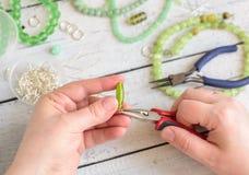 Haciendo la joyería en casa Imágenes de archivo libres de regalías