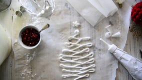 Haciendo la Navidad los merengues dulces con la granada almacen de metraje de vídeo