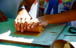 Haciendo la vela de abeja de la miel encere la placa en el mercado Imágenes de archivo libres de regalías