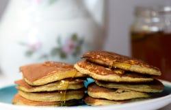 Haciendo las crepes del trigo integral flour, desayune con la familia entera Imagen de archivo libre de regalías