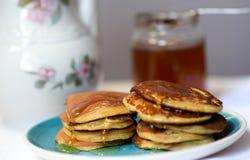 Haciendo las crepes del trigo integral flour, desayune con la familia entera Foto de archivo