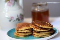 Haciendo las crepes del trigo integral flour, desayune con la familia entera Fotos de archivo