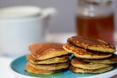 Haciendo las crepes del trigo integral flour, desayune con la familia entera Imagenes de archivo