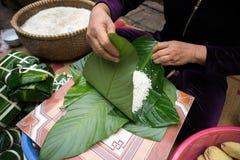 Haciendo que Chungkin se apelmaza por el primer femenino del artesano Comida vietnamita tradicional de Tet del Año Nuevo Imagenes de archivo