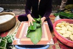 Haciendo que Chungkin se apelmaza por el primer femenino del artesano Comida vietnamita tradicional de Tet del Año Nuevo Fotografía de archivo
