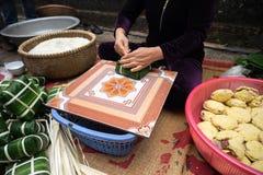Haciendo que Chungkin se apelmaza por el primer femenino del artesano Comida vietnamita tradicional de Tet del Año Nuevo Foto de archivo libre de regalías