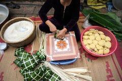 Haciendo que Chungkin se apelmaza por el primer femenino del artesano Comida vietnamita tradicional de Tet del Año Nuevo Fotos de archivo libres de regalías
