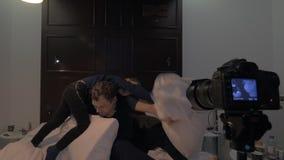 Haciendo que una cantidad de papá y de hijo lucha en cama almacen de metraje de vídeo