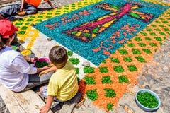 Haciendo serrín teñido la alfombra santa de jueves, Antigua, Guatemala Imágenes de archivo libres de regalías